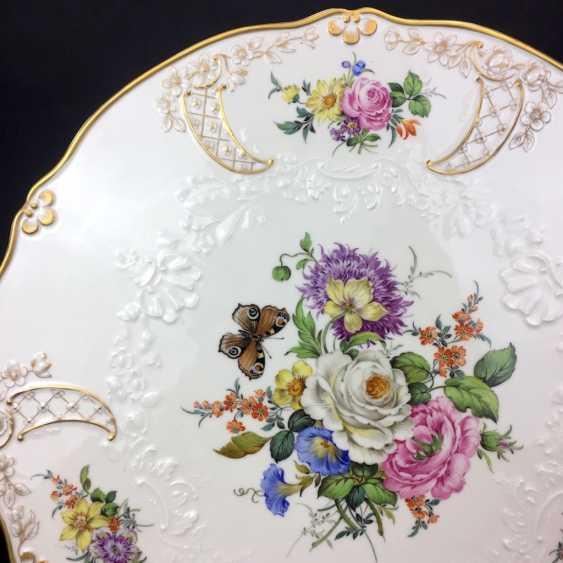 Außergewöhnliche Prunk-Platte, Meissen Porzellan, Relief Neumarseille, Blumen-Bouquet und Schmetterling, 39 cm, sehr gut - Foto 2
