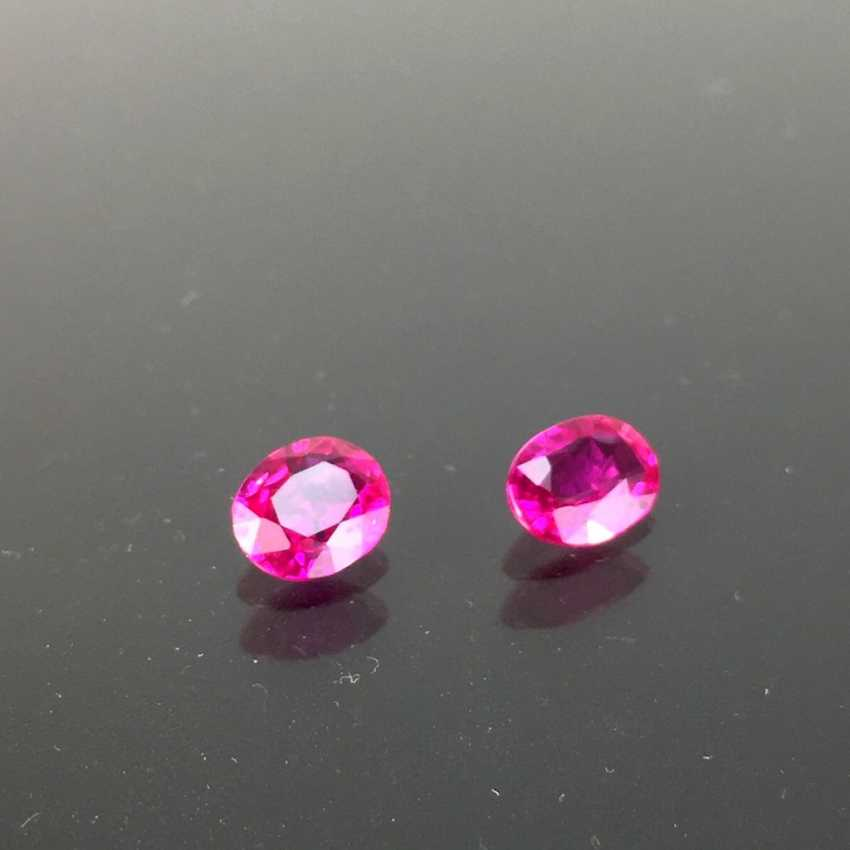 A Pair of natural sapphires / rubies, faceted oval, 0,8 carats and 0.76 carats, very good proportions. - photo 1