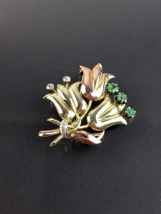 Unusual flower brooch with brilliants and emeralds, Yellow-, Red -, and White Gold 585. Unique item in very good condition - photo 6