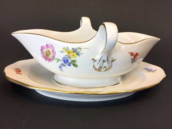 Gravy Boat: Meissen Porcelain. Flower 3 and scattered flowers. The gold edge. - photo 1