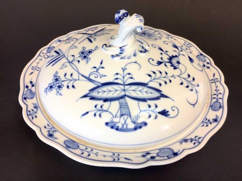 Large round tureen: Meissen porcelain onion pattern. - photo 1