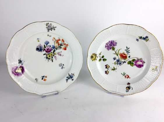 J. F. Eberlein for the Royal Porcelain factory of Meissen: a Pair of plates, 1745, wicker. Sign Johann Christoph Dietrich - photo 1