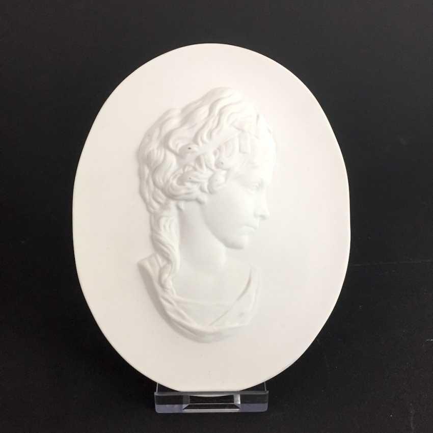 Wall image: Meissen porcelain plaque-portrait of Friederike by Johann Gottfried Schadow. - photo 1