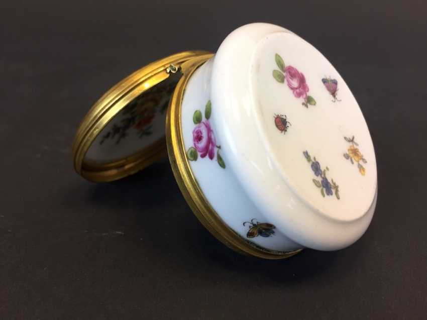 Very early and rare anatomical snuffbox: Meissen porcelain, decorative insects and flowers, in 1730. Rarity. - photo 2