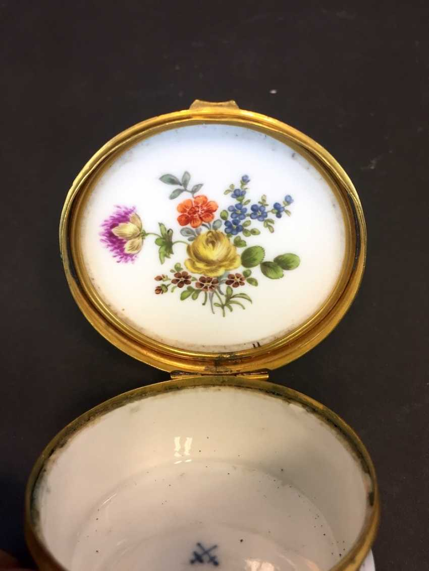 Very early and rare anatomical snuffbox: Meissen porcelain, decorative insects and flowers, in 1730. Rarity. - photo 5
