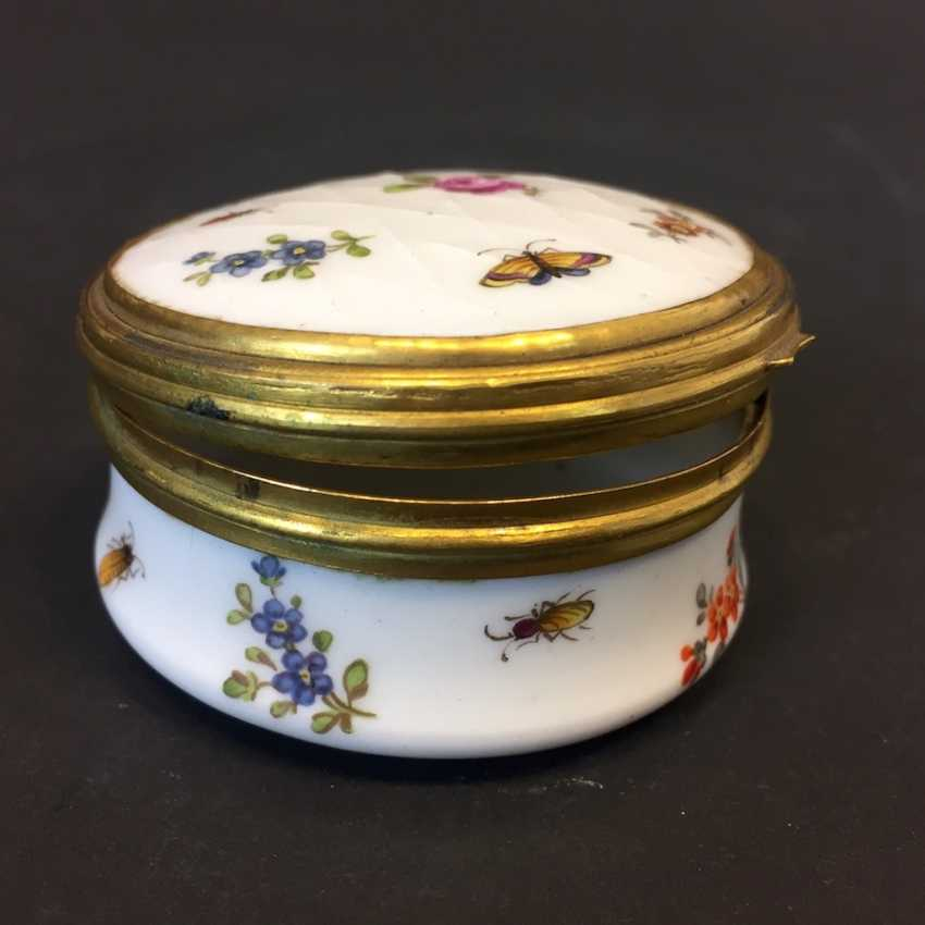 Very early and rare anatomical snuffbox: Meissen porcelain, decorative insects and flowers, in 1730. Rarity. - photo 6