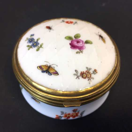 Very early and rare anatomical snuffbox: Meissen porcelain, decorative insects and flowers, in 1730. Rarity. - photo 7