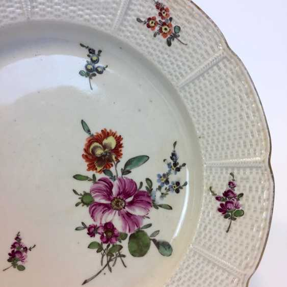 Baroque Plate: Relief, Border, Decorative Flowers Bouquet. Ludwigsburg, Germany around 1760. Very good. - photo 2