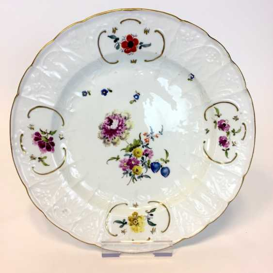Baroque Plate: Meissen Porcelain. Relief Dulong, décor, floral Bouquet and scattered flowers. To 1760. Very good. - photo 1