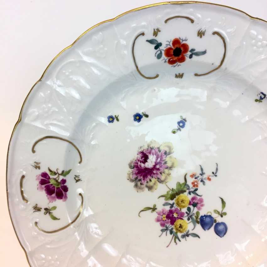 Baroque Plate: Meissen Porcelain. Relief Dulong, décor, floral Bouquet and scattered flowers. To 1760. Very good. - photo 2