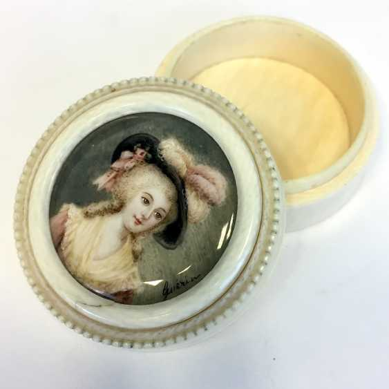 Jean Urbain GUERIN (Strasbourg, 1761 - Obernai 1836): ivory box. Breast picture young nobles. Paris around 1800. - photo 1