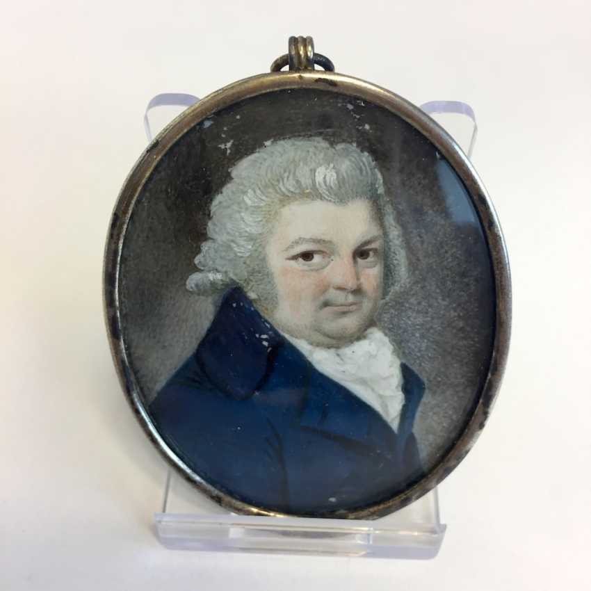 German Artists: Ivory Miniature. Breast image of a noble man. Silver frame gold plated. Dresden around 1770. - photo 1