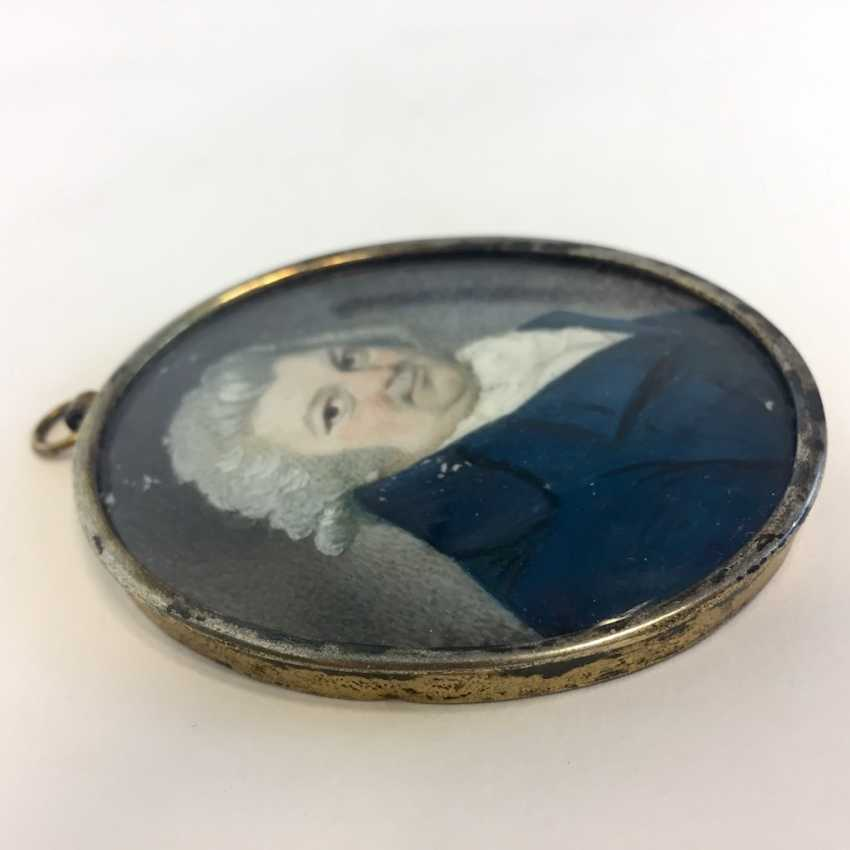 German Artists: Ivory Miniature. Breast image of a noble man. Silver frame gold plated. Dresden around 1770. - photo 2
