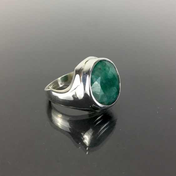 Дизайнерские кольца с крупными цветными буквами изумрудно-около 10 карат в серебре 925 пробы. - фото 1