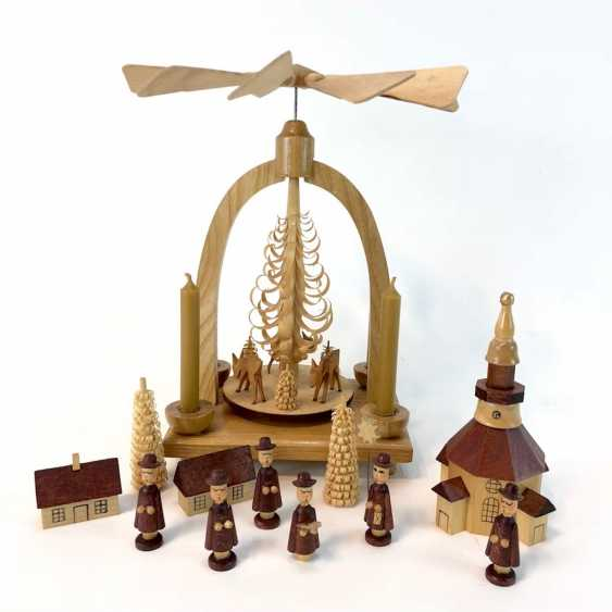 Post Christmas figures: trees, pyramid with deer, carolers, and houses, the Church of Seiffen. Erzgebirge Manual Work. - photo 1