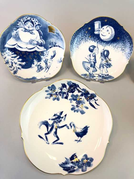Five Institutional / Wall Plate: Meissen Porcelain Adorns. The Fairy Tale Teller / Songs-Teller. Cobalt blue and Gold. - photo 2