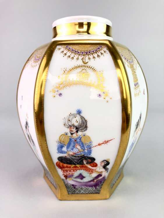 Large six sided tea caddy with lid: Meissen porcelain 1001 Arabian nights, Gold decorated, Prof. Heinz Werner, very good. - photo 1