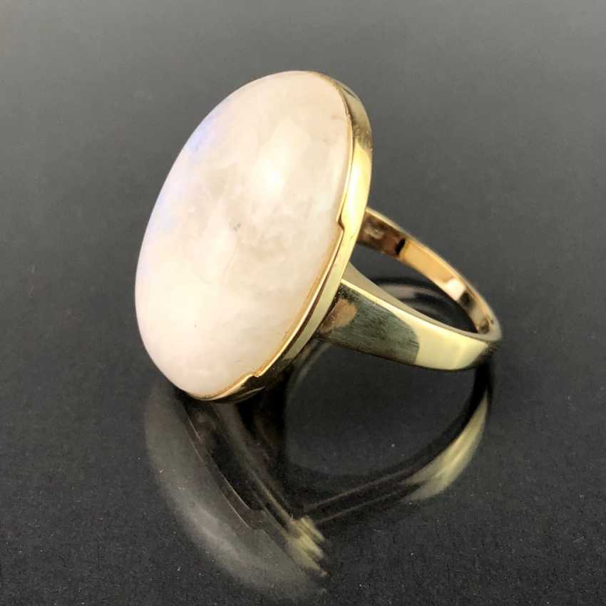 Ladies ring with a large regular moon stone. Yellow gold 375. Very nice. - photo 1