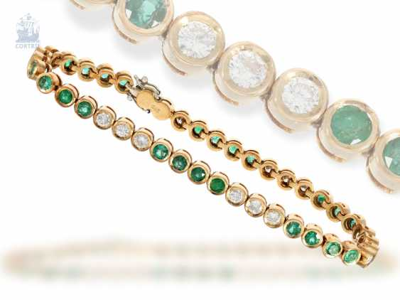 Bracelet: decorative, hand-crafted vintage tennis bracelet with emerald - and brilliant-trim, approx. 4ct, new-old-stock, with label, NP 9800,-DM - photo 1