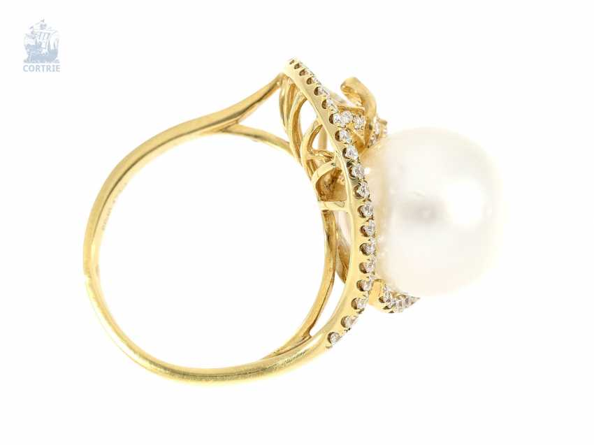 Ring: exceptional, elaborately crafted gold ring wrought with great, fine South sea cultured pearl and brilliant-cut diamonds, NP. 2400€, unworn - photo 3