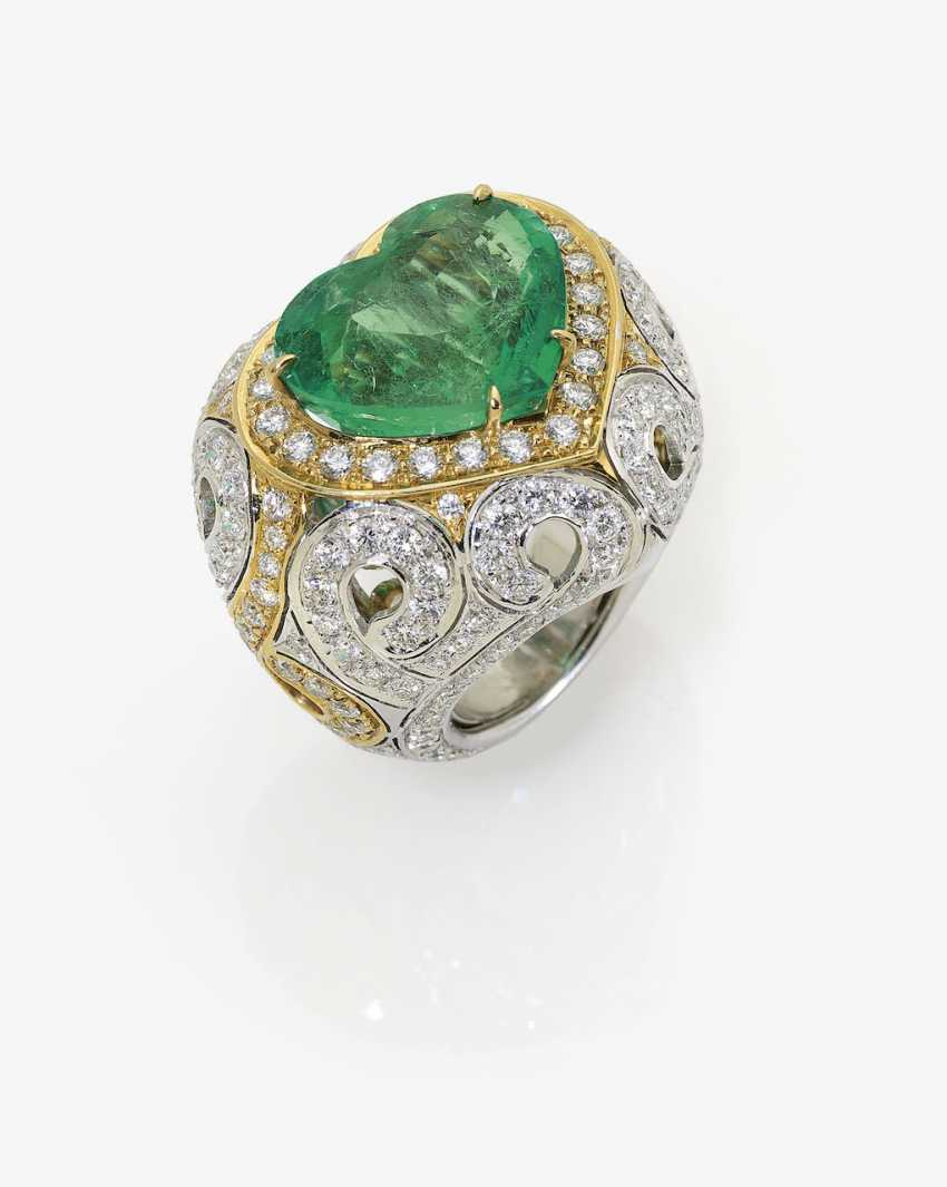 Ring with large emerald and diamonds. Italy - photo 1