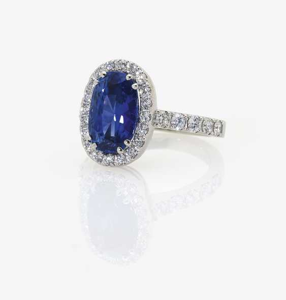 Entourage ring with a blue Ceylon sapphire and brilliant-cut diamonds. Germany, 2000s - photo 1