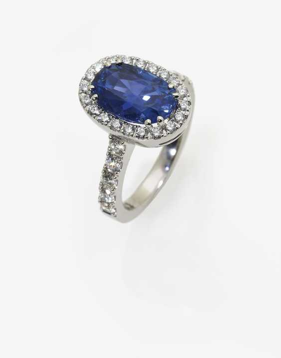 Entourage ring with a blue Ceylon sapphire and brilliant-cut diamonds. Germany, 2000s - photo 2