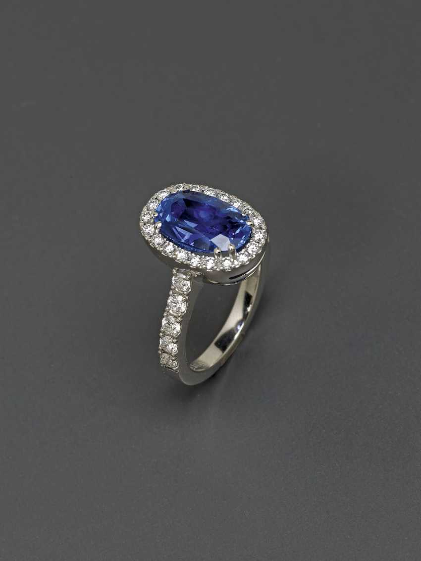 Entourage ring with a blue Ceylon sapphire and brilliant-cut diamonds. Germany, 2000s - photo 3