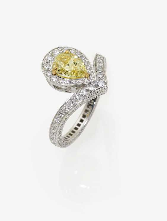 Ring with light yellow diamond and brilliant-cut diamonds - photo 1
