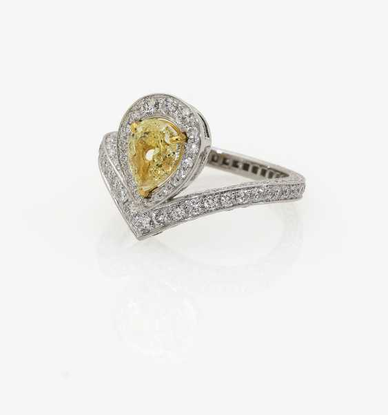 Ring with light yellow diamond and brilliant-cut diamonds - photo 2