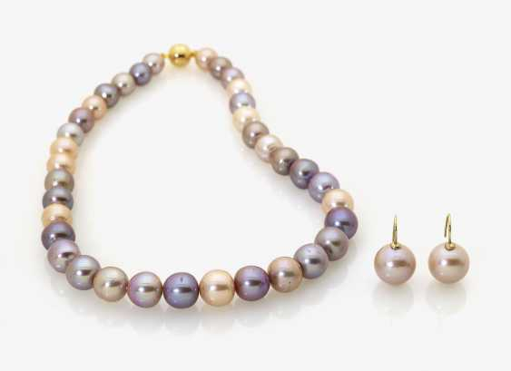 Freshwater cultured pearl necklace and a Pair of South sea cultured pearl earrings - photo 1