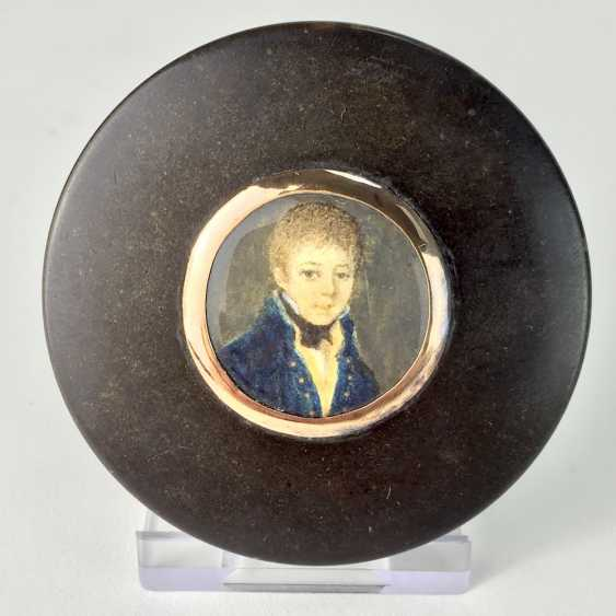 Exceptional round tortoiseshell box with ivory miniature, Portrait of a courtly young man, gold mount, 1800. - photo 1