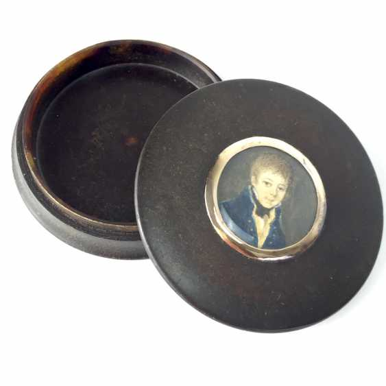 Exceptional round tortoiseshell box with ivory miniature, Portrait of a courtly young man, gold mount, 1800. - photo 2