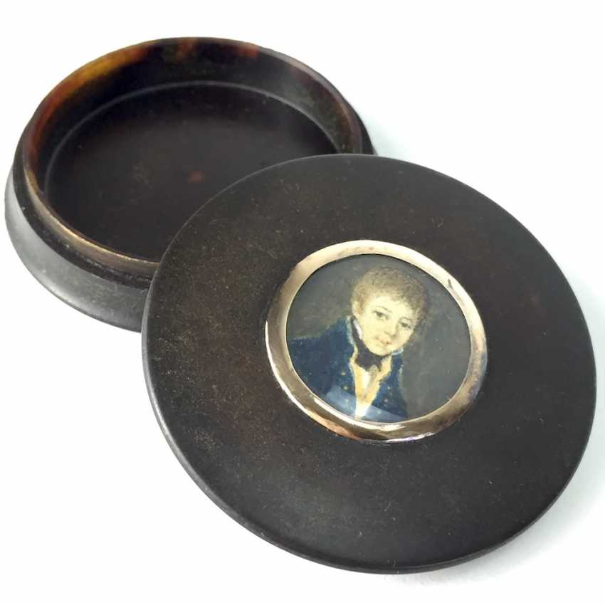 Exceptional round tortoiseshell box with ivory miniature, Portrait of a courtly young man, gold mount, 1800. - photo 3