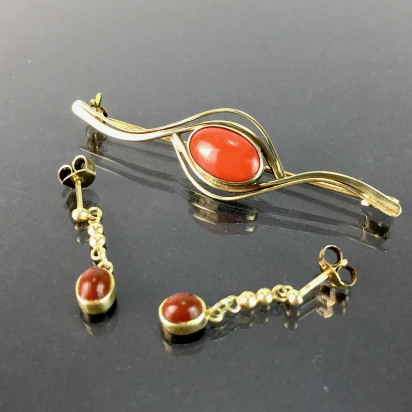 Items of jewellery with coral: Elegant brooch and matching earrings, each with oval coral Cabochons, Gold 333. - photo 1