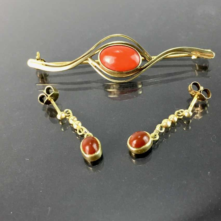 Items of jewellery with coral: Elegant brooch and matching earrings, each with oval coral Cabochons, Gold 333. - photo 2