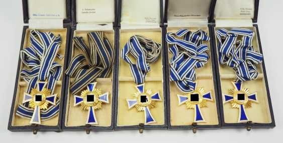 Lot of 5 crosses of Honor of the German mother in Gold, in a case. - photo 1
