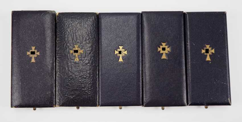 Lot of 5 crosses of Honor of the German mother in Gold, in a case. - photo 2