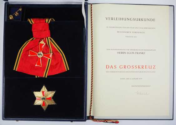 Discount Egon Franke, the German Federal order of merit: Grand cross set, in a case with certificate for the Federal Minister for intra-German relations. - photo 1