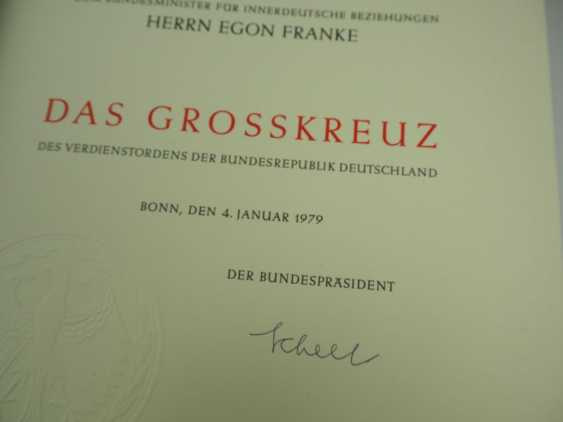 Discount Egon Franke, the German Federal order of merit: Grand cross set, in a case with certificate for the Federal Minister for intra-German relations. - photo 2