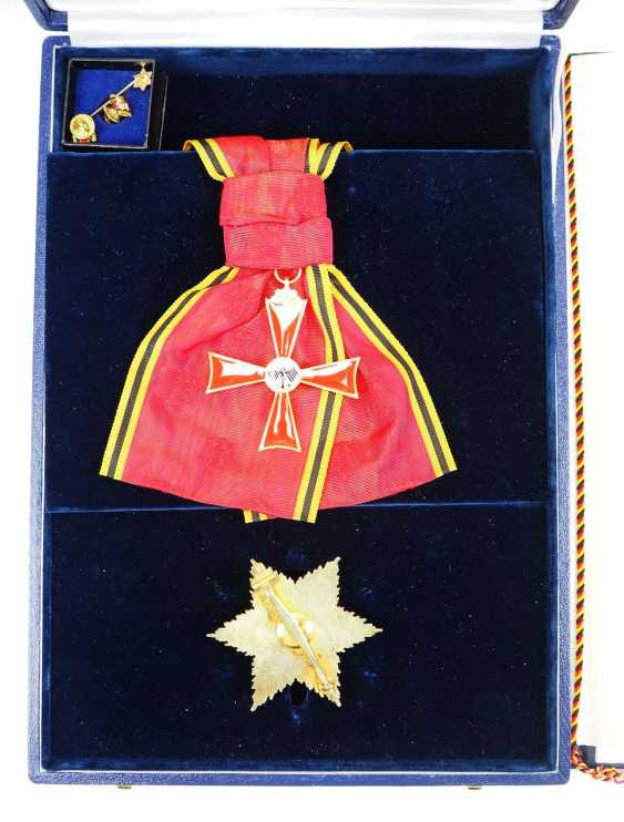 Discount Egon Franke, the German Federal order of merit: Grand cross set, in a case with certificate for the Federal Minister for intra-German relations. - photo 3