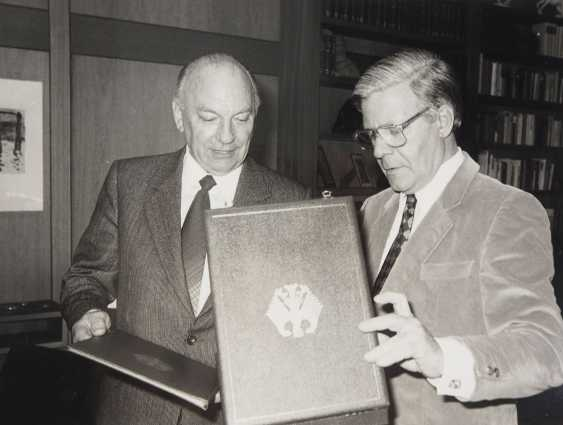 Discount Egon Franke, the German Federal order of merit: Grand cross set, in a case with certificate for the Federal Minister for intra-German relations. - photo 4