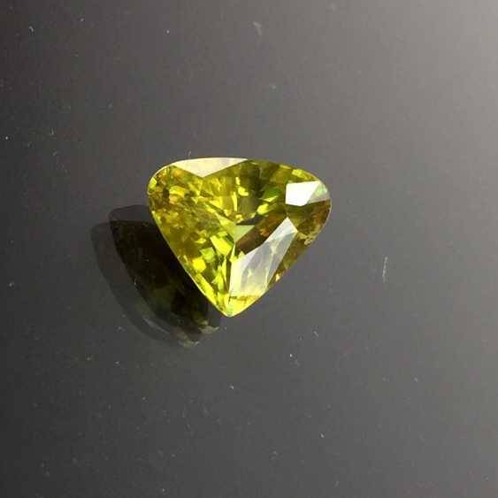 Golden titanite / Sphene, of Course, Madagascar, triangle-shaped faceted, a 7.5-carat, very good. - photo 1