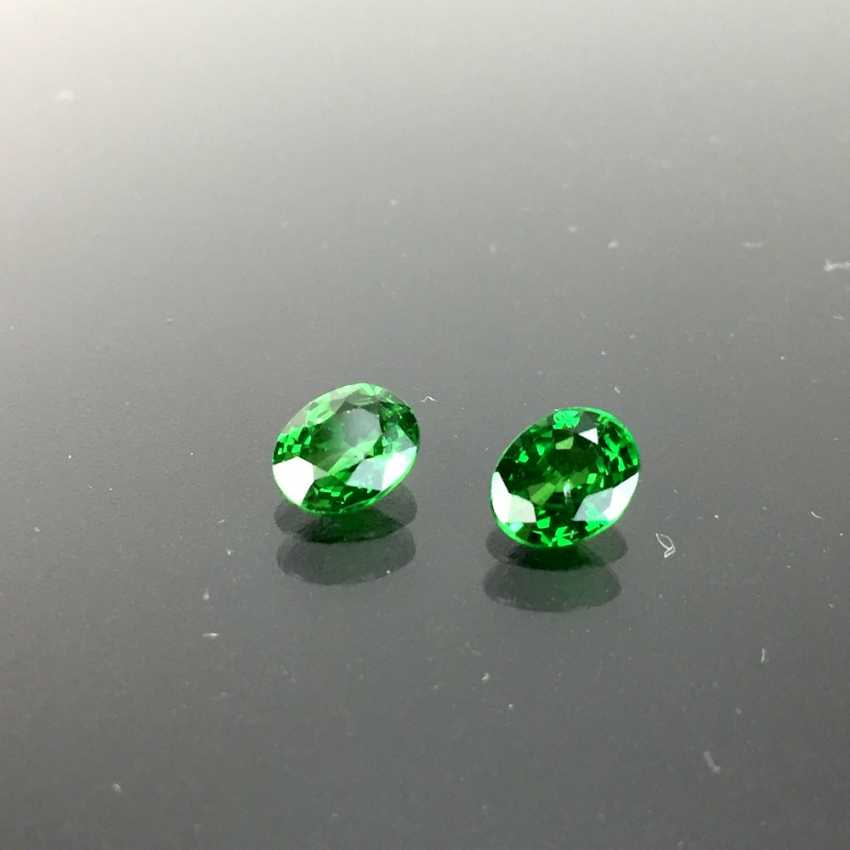 A Pair of Green Tsavorite, faceted oval, of 0.9 carats and 0.85 carat, very good, total of 1.75 carats. - photo 1