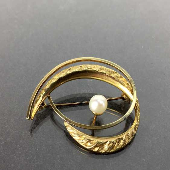 Elegant brooch: Textured surface, engulfed in working, yellow gold 333 pearl, Pforzheim, very good. - photo 1