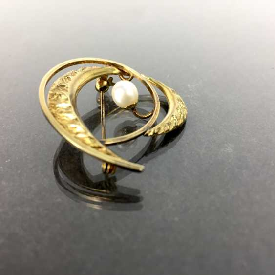 Elegant brooch: Textured surface, engulfed in working, yellow gold 333 pearl, Pforzheim, very good. - photo 2