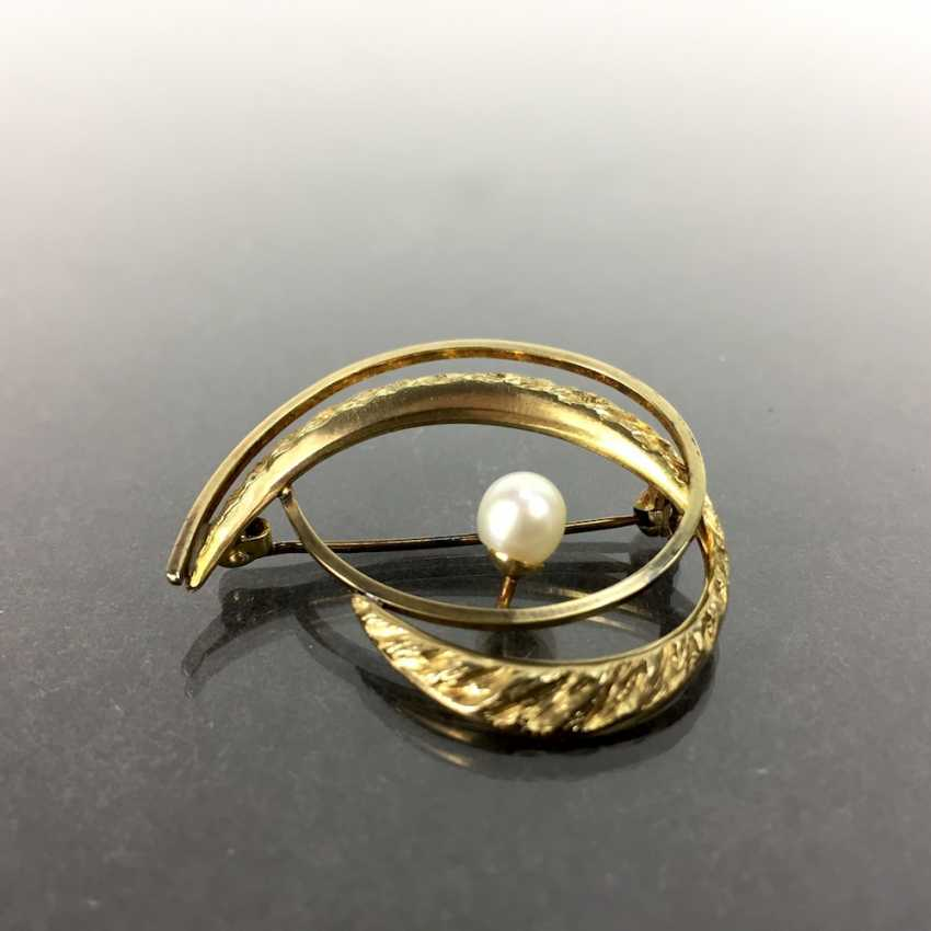 Elegant brooch: Textured surface, engulfed in working, yellow gold 333 pearl, Pforzheim, very good. - photo 3
