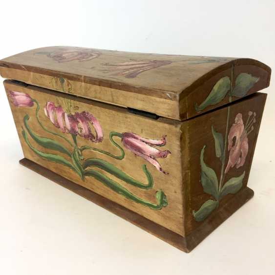 Small chest: wood and painted on all sides-colour painted decorative Imperial crown. - photo 1
