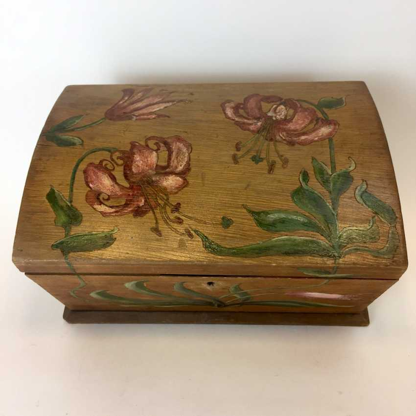 Small chest: wood and painted on all sides-colour painted decorative Imperial crown. - photo 2