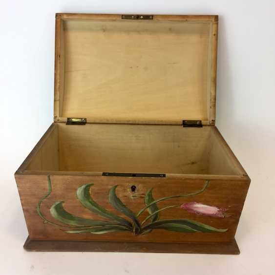 Small chest: wood and painted on all sides-colour painted decorative Imperial crown. - photo 3